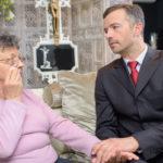 woman-greiving-funeral-director
